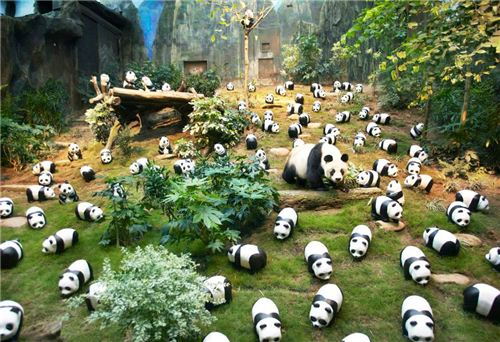 1600 Pandas with a real panda at Ocean Park Hong Kong