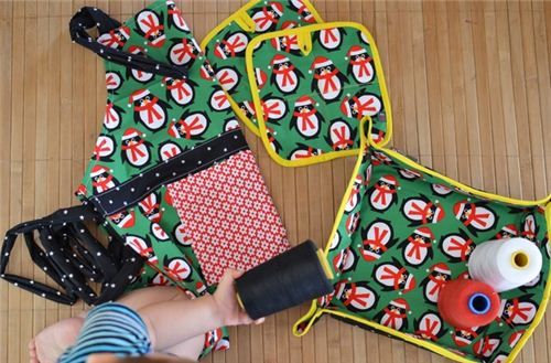 Diario De Naii made a great set consisting of a basket, apron and potholders with our Christmas penguin fabric