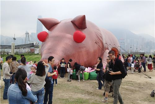 A gigantic inflatable roasted pig. Roasted pigs are a very typical dish at big occasions like wedding or shop openings in Hong Kong