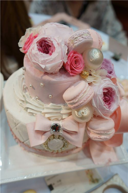 These clay cakes would make great selfmade gifts for the bride and groom too