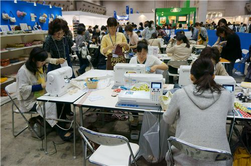 Like here people were sitting all throughout the area and work on their fabric projects