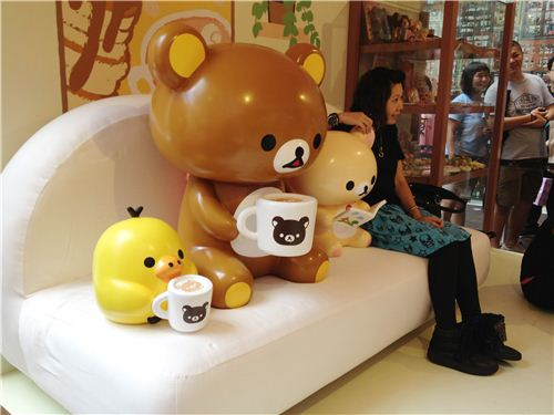 In the third booth you can relax with Rilakkuma at home on the sofa having hot chocolate