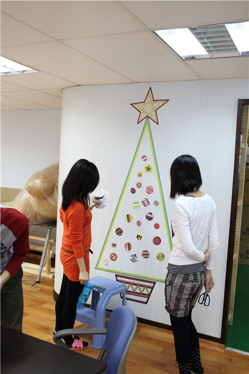We're crafting a Washi Christmas Tree 10